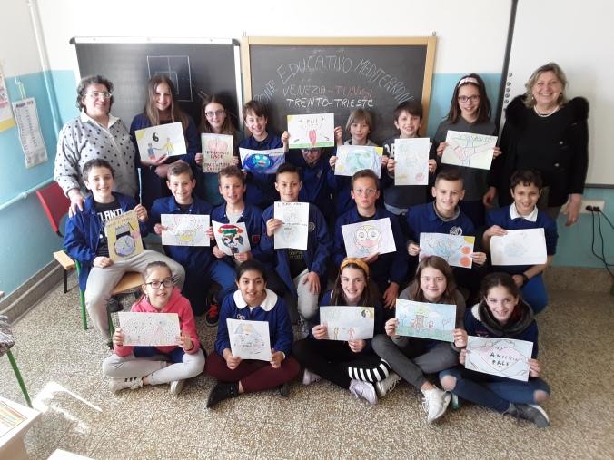 foto alunni classe quinta TESSERA Venezia Scuola Collodi Progetto Ponte Educativo Mediterraneo pesce di pace banner.jpg