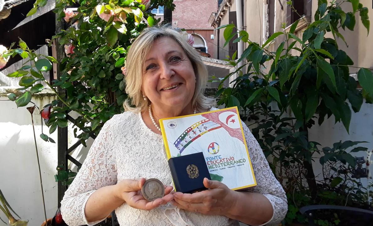 Nadia De Lazzari con Medaglia Presidente della Repubblica per Ponte Educativo Mediterraneo.png